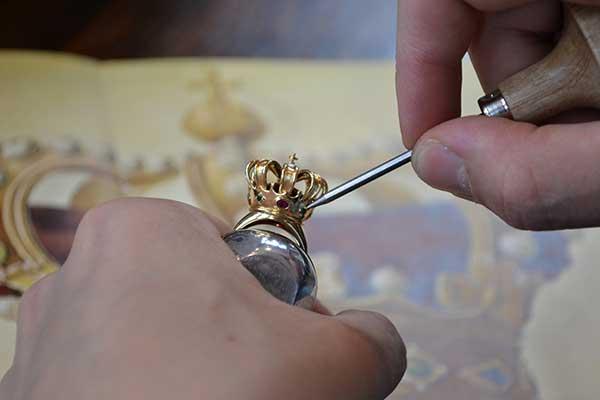 أن عرض الصورة للتاج في محل مجوهرات بونه بيكر امستردام هي بالحقيقة الرسم الاصلي لذلك التاج وكما خططه ورسمه وصاغه بونه